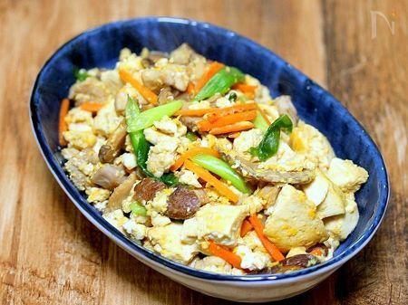 家族がけっこう喜んでくれる炒り豆腐です  味付けは薄口醤油、みりん、砂糖、等々  ちょっと味付けを濃いめにしてご飯にあう感じに仕上げてます
