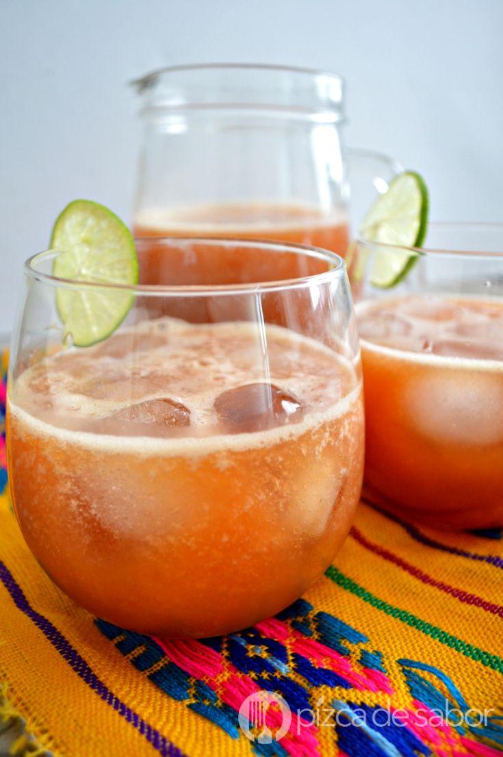 Deliciosa agua de papaya (lechosa o mamón) con limón. Una riquísima agua fresca, lista en minutos, saludable y muy refrescante.