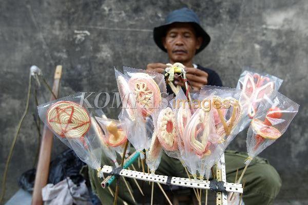 Pedagang permen tradisional gulali keliling terlihat di kawasan Tamansari, Yogyakarta, Minggu (4/5/2014). Permen gulali ini dijual seharga Rp. 5000 per buah.