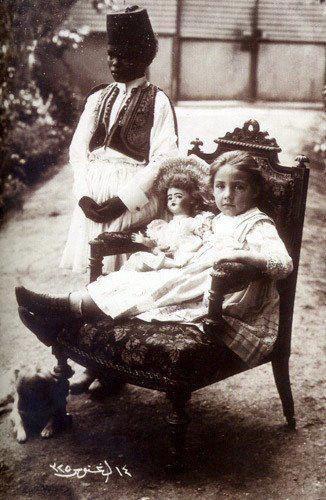 Aliye Berger1909 yılında Büyükada'daki Şakir Paşa Köşkü'nün bahçesinde Habeşiştan'dan getiriln bakıcısı Seyfettin ile