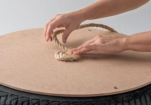 Pressione a ponta para aderir bem e, em torno dela, enrole a corda com movimentos em caracol, sempre passando mais cola antes de cada volta e apertando para firmar bem.