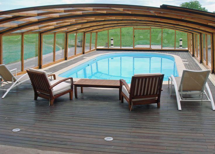 Prostorné bazénové zastřešení VENEZIA s volným místem pro umístění sedací soupravy.
