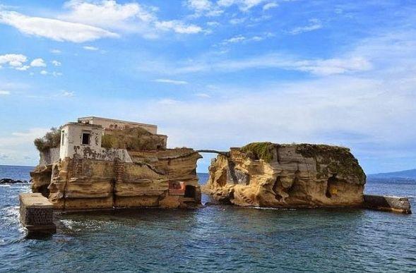 Εξωραιστικος Συλλογος Οικισμου Οτε Δηλεσιου : Το καταραμένο νησί στη Νάπολη που σκοτώνει τους ιδ...