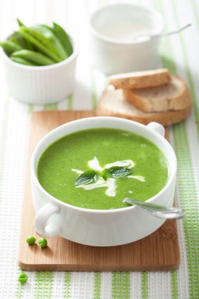 Bereiden: Dop de tuinbonen en verwijder het velletje. Bak ze aan in een scheutje olijfolie. Kruid met peper en zout.  Doe de tuinbonen in een kookpot en voeg het water toe. Laat een half uurtje pruttelen. Mix tot een gladde soep. Voeg nog een extra scheutje olijfolie toe. Serveren: Serveer met een scheutje room.