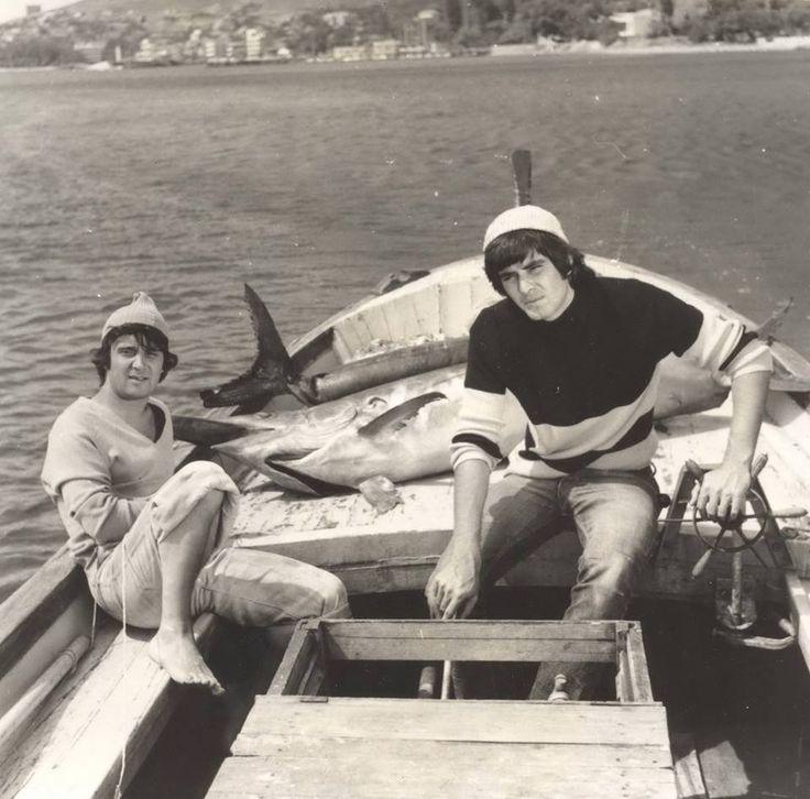 """Tarık Akan ve Halit Akçatepe """"Kanlı Deniz"""" filminin bir karesinde (1974) #birzamanlar #istanlook"""