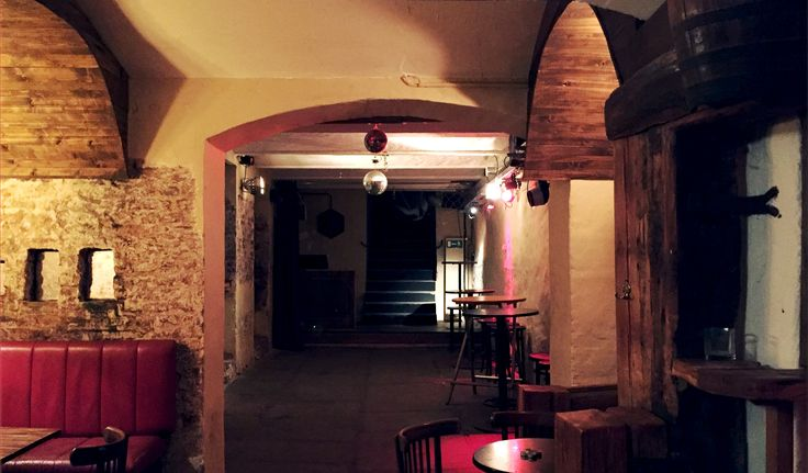 Mit unserem historischen Gewölbekeller bieten wir Euch die Möglichkeit ganz in Ruhe Eure eigene Feier abzuhalten, mit allem  drum und dran! Eigene Theke mit Personal, Tanzfläche mit DJ-Pult und gemütlichen Sitzgelegenheiten, und das alles im Hackendahl, nur ein Stockwerk tiefer! #berlin #berlinmitte #friedrichstraße #gewölbekeller #partylocation #mieten