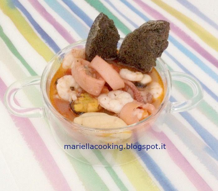 zuppa di crostacei e molluschi con fresella al nero di seppia