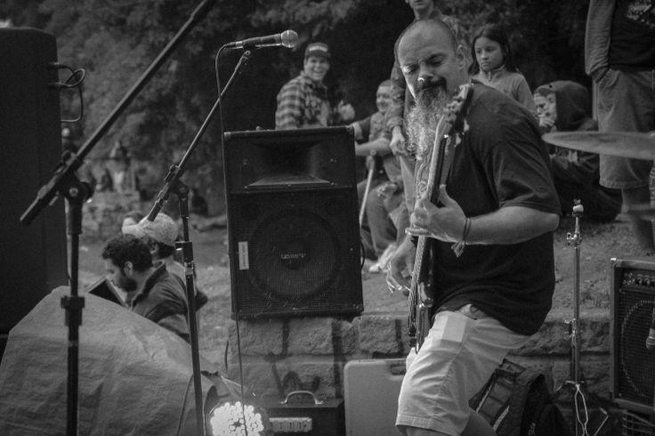 """Dia 1º de maio rolou o Manifesto Cultural """"1º de Maio Sem Partido e Sem Patrão"""" na pista de skate do IAPI, que contou com shows de bandas independentes.  Registro fotográfico por Billy Valdez"""