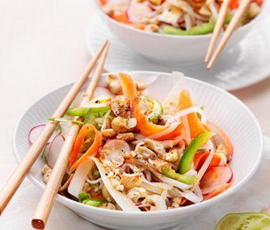 Asiatiskt står på menyn ikväll! Denna rätt blir lätt en vego favorit: söta ugnsrostade grönsakerna får sällskap av en syrlig och fräsch limedressing med karaktär av ingefära.