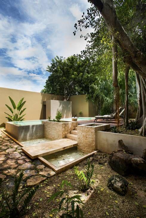Durch die Bepflanzung wirkt dieser Pool von Taller Estilo Arquitectura besonders natürlich auf der Terrasse. Mehr Ideen zu Schwimmingpools auf der Terrasse gibt es im Artikel zu sehen. #terasse #pooldesign #homify