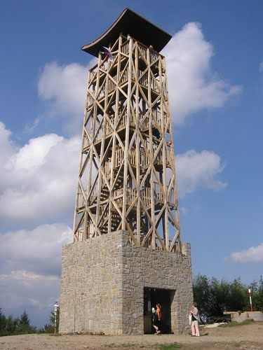 Rozhledna na Velkém Lopeníku u Březové Rozhledna byla nově postavena v roce 2005. Nachází se v blízkosti státních hranic, a tak je její funkcí také spojení přátelství mezi obyvateli dvou národů. Rozhledna je postavena na druhé nejvyšší hoře CHKO Bílé Karpaty Velký Lopeník (911 m) východně obce Březová. Na její výstavbě se podílely Sdružení obcí pod Lopeníkem a mikroregiony Bojkovsko, Bošáca a Uherskobrodsko.