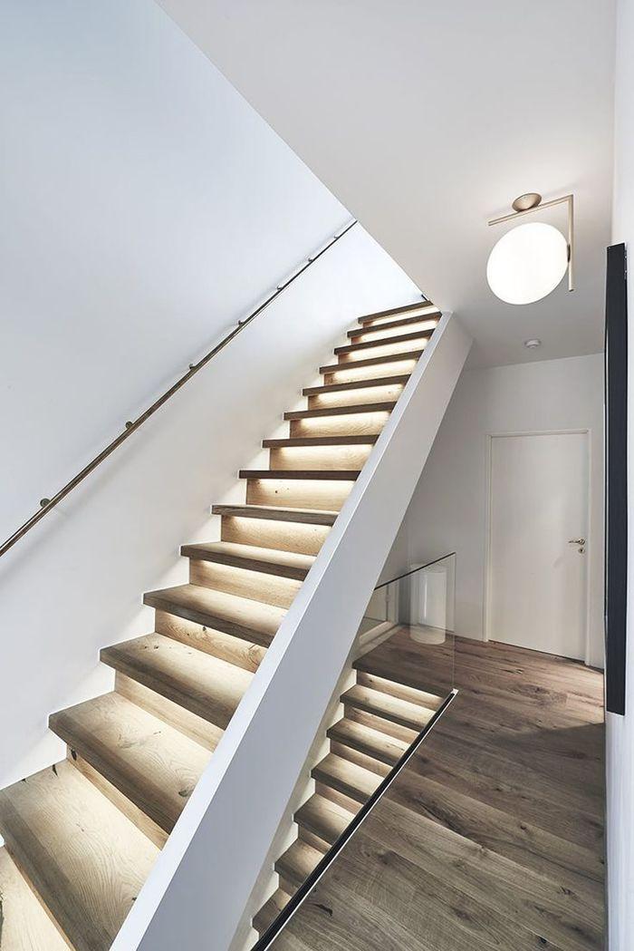 Projet De Renovation Escalier Bois Au Design Simple Et épuré Avec Lumières  Intégrées Pour Un Joli