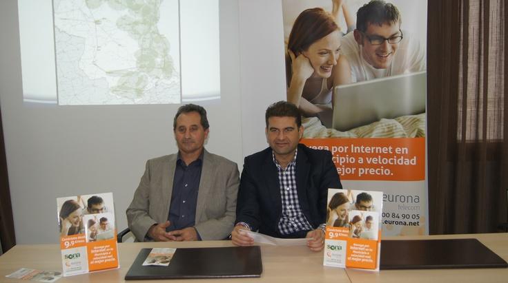 "Presentación de ""Sona Wifi"" en Godelleta. Jose Manuel Haro junto a Salvador Marín, alcalde."