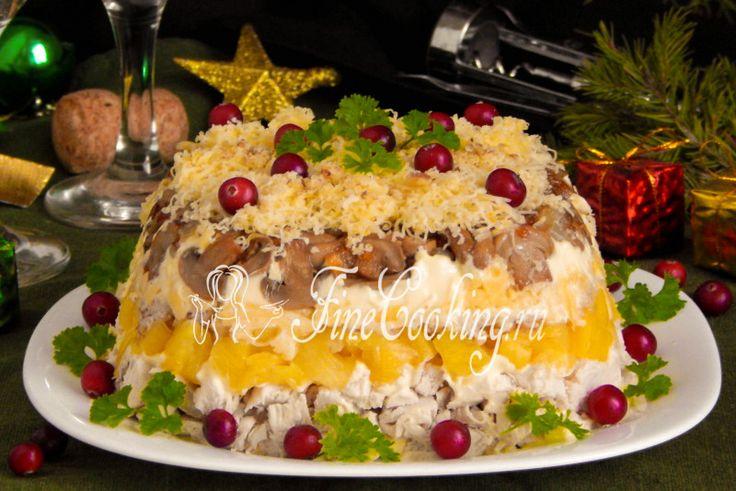 Салат с курицей, ананасами, сыром и грецкими орехами
