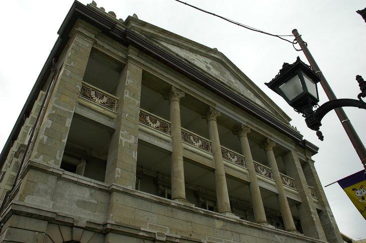 洋風の建物の上に、 日本風の屋根がのったような感じの建築があります。 .  戦前の日本の、 ナショナリズムの高揚を目指したとも言われ、 「帝冠様式」なんて呼ばれたりします。 .  この「帝冠様式」は、 東京の九段会館などの建築で、 現在でも、わずかながら観ることができますが、 戦後になって、時代が変わると、 「ナショナリズムの時代背景に迎合するファシズム建築」、 などという非難を受けることにもなりました。 .  このように、後の人たちに、 「ファシズム建築」などと非難されるような、 この「帝冠様式...