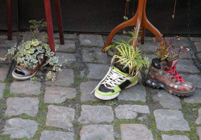 Kwiaty w butach - osłonki na doniczki :)