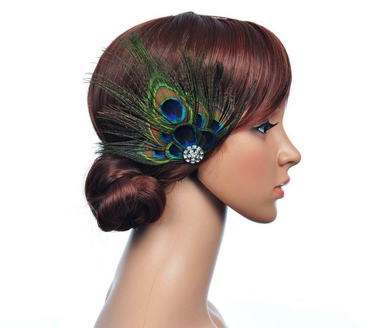 Meget smuk påfuglefjer til håret, dekoreret med et smukt krystalspænde - perfekt til den utraditionelle og moderne brud - eller til brudepigerne:)
