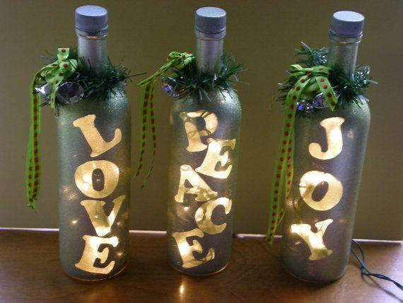 Deze mooie flessen delen een boodschap van liefde, vrede en vreugde met vrienden en familie. Dit is het eerste project naar een doel van 104 Pinterest geïnspireerd projecten in een jaar. Flonkerde en verlicht, versierd met lint en knoppen zult u regelen van hen in uw venster of op de teller. Voeg een beetje groen en maken een mooi belangrijkst voorwerp voor de zaal. Hand klaar, een van een soort, is er enkele lichte onregelmatigheid in het schilderij. Verzending door prioriteit Mail Flat…