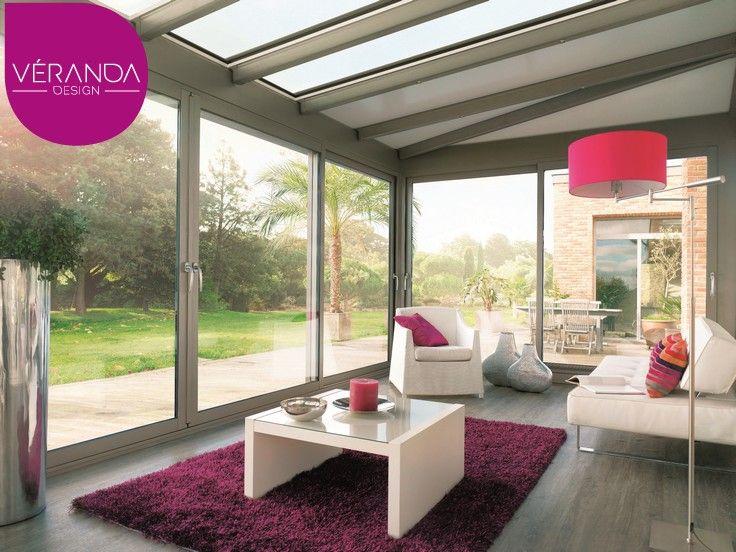 L'intérieur de la véranda bioclimatique, pièce chaleureuse et confortable.