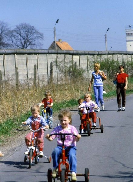 Foto von 1985 in West-Berlin. Kinder im Stadtteil Spandau beim Spaziergang unmittelbar an der Mauer. Uwe Gerig