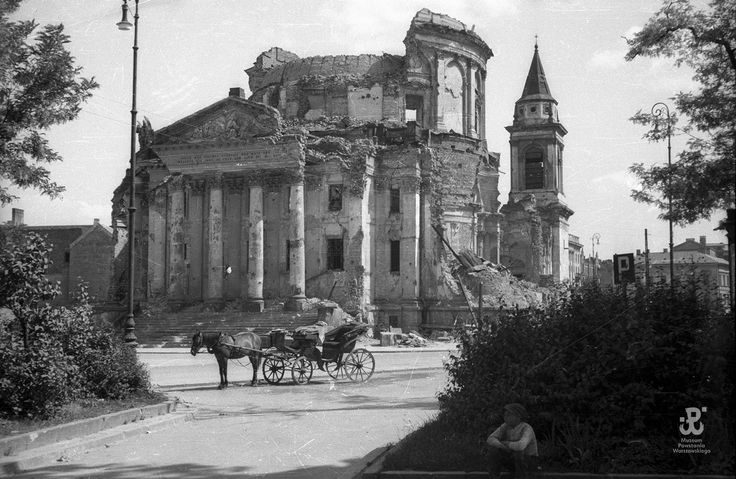 Ruiny kościoła św. Aleksandra na placu Trzech Krzyży z rzadko fotografowaną północną elewacją w roku 1947. Widać zawaloną kopułę i zachowaną zachodnią wieżę.