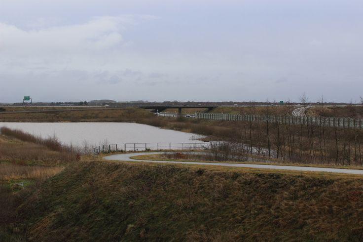 Motorvejen og de udgravede søer