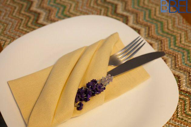 """Dica para deixar qualquer mesa de refeições um verdadeiro arraso!<br>Passo a passo de como montar esse<a href=""""http://bbel.com.br/organizacao/post/etiqueta/servicos-de-mesa/como-montar-um-porta-talheres-com-guardanapo"""">porta-talheres com o guardanapo de tecido</a>, uma dobradura charmosa, elegante e fácil de fazer."""