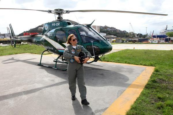 Há 22 anos na Polícia Militar do Rio de Janeiro e atuando há sete como piloto de helicópteros, a tenente-coronel Clarisse Antunes, de 42 anos, entrou para a História da corporação. Há três meses ela se tornou a primeira mulher a assumir o posto de subcomandante do Grupamento Aéreo Marítimo (GAM), em Niterói.