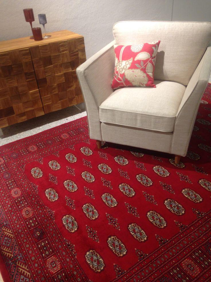 Mielettömän kaunis aito matto, joka sopii väreiltään erinomaisesti joulun sisustukseen.