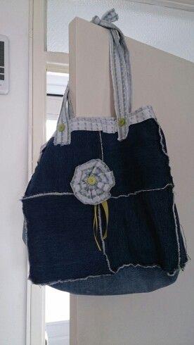 Tas gemaakt van spijkerstof en een oude nachtjapon. Van ongeveer. 40 jaar. Oud. Die was nog nooit. Gedragen de stof was toen nieuw