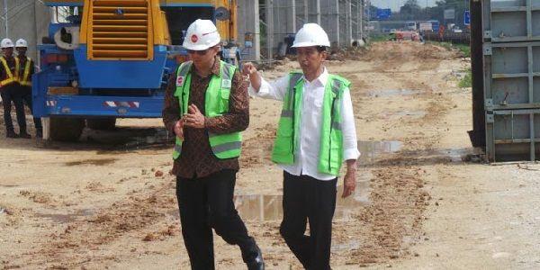 "Pencitraan Jokowi Demi Elektabilitas Ahok  [portalpiyungan.com]Presiden Joko Widodo dan Gubernur DKI Jakarta Basuki Tjahaja Purnama terlihat asyik berbincang saat meninjau proyek Light Rail Transit (LRT) di Kilometer 13 Tol Jagorawi Cibubur Jakarta Timur Jumat 30 September 2016. Ada pesan politik dari peristwa tersebut jelang pilkada DKI 2017. Jokowi dinilai sengaja menyiratkan kepada publik bahwa dirinya ingin Ahok kembali memimpin Ibu Kota. ""Saya kira tujuannya jelas memompakan pesan ke…"