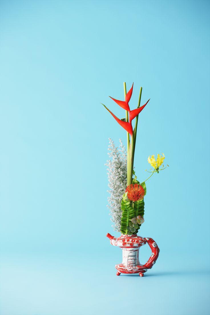 花材:ヘリコニア ピンクッション グロリオーサ 谷渡り コキア 花器:磁器ラファエルナバス作
