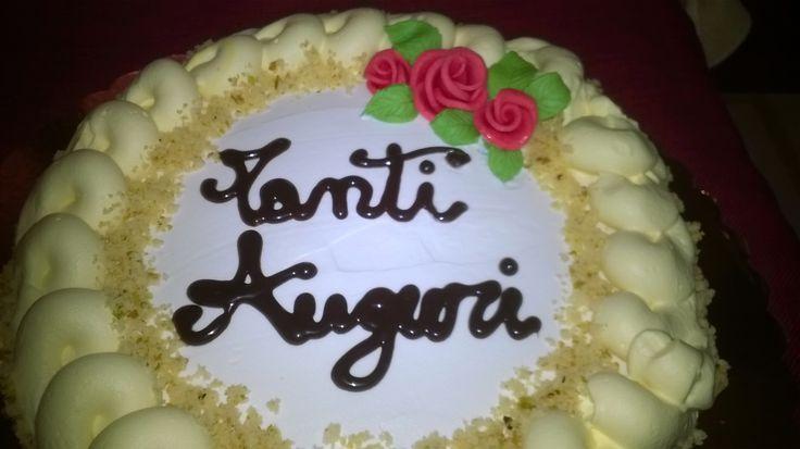 Torta di compleanno con panna e rose di pan di zucchero