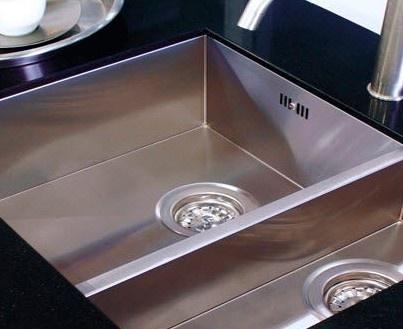 Edelstahlspülbecken sauber halten - Ihr Edelstahlspülbecken bleibt sauber, wenn Sie dieses mit einem Gemisch von Wasser und Backpulver abreiben. Danach gut abwaschen und die Wasserflecken gleich entfernen.