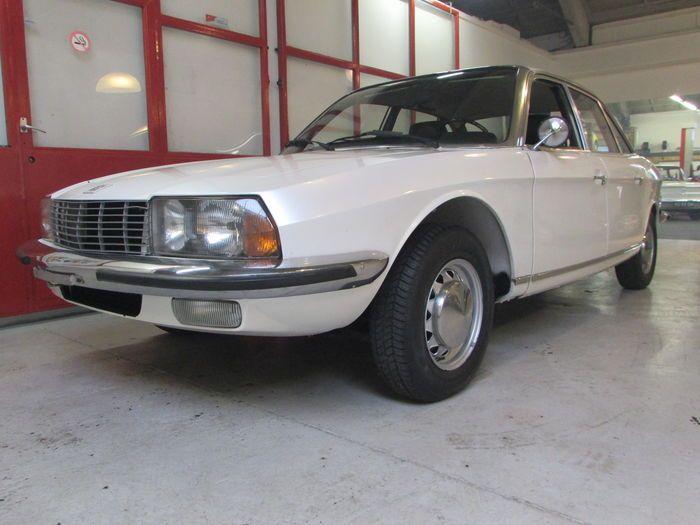 NSU - Ro80 - 1977  Deze NSU Ro80 is er één van het laatste type. De auto heeft lange tijd in een showroom van een duitse VAG dealer gestaan alvorens naar Nederland te komen.De auto die oorspronkelijk gifgroen van kleur was is in de jaren '90 voorzien van een zeer goed bij de auto passende nieuwe kleur nl. Perlmut Weiss van Audi ( o.a. op de V8)Het lakwerk is op wat kleine plekjes na nog in een zeer mooie staat. De bodem is in prima conditie en de auto is in een zeer goede algemene staat. De…