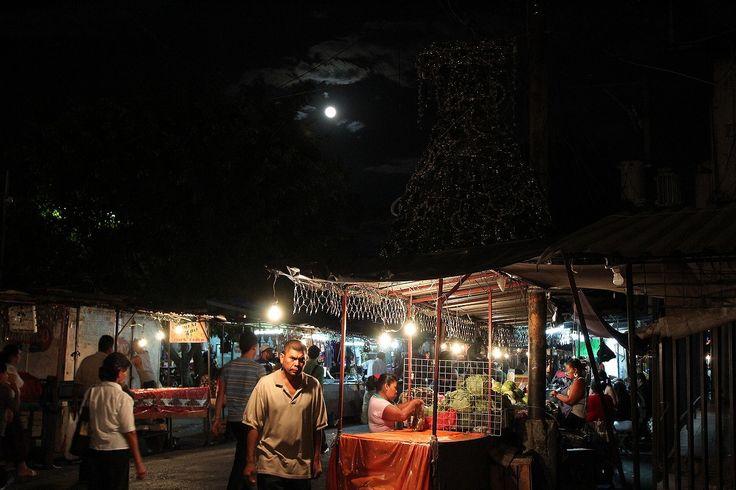 """from El Salvador.""""Full moon""""4か国目エルサルバドルは特にこれと言った観光資源はなく、治安も悪いと言われるため、メキシコやグアテマラに比べてこの国を訪れる旅行者はぐっと少なくなる。入国するかどうか自分も迷ったけれど、コスタリカまでは陸路で南下することを決めた。 国境を越え、首都サンサルバドルに向かうまでの間、バスの車内から風景を眺めながら「来てよかったな」と感じた。何となくの感覚だったけれど、自分はこの国に魅入られるのではないかと直感し、そして実際にそのとおりになった。エルサルバドルは自分の旅にとって最も印象的な国の1つとなった。"""