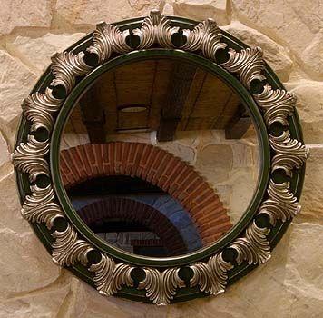 Espejo de marco redondo con decoración plateada. Motivo hojas de acanto.  Ext. 64,5 ctms. diámetro  Int. 43 ctms. diámetro. Fabricado y decorado artesanalmente con un material innovador resistente y ligero como es la resina de poliuretano. Tiene un tacto semejante a la madera pero sin sus inconvenientes. Precio: 92 euros #decoracion con encanto #Espejos