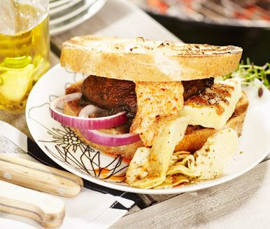 Svampburgare med tomatdressing och grillost (Mushroom burger with grilled cheese)
