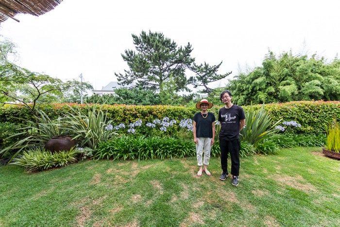 「スタジオ ジョーティ」でヨガを教える木下正勝(チャキ)さんと、阿貴さん。結婚8年目。チャキさんは毎朝4時から庭の手入れをする。「旅先で見たスケールのある庭の光景を再現したいですね」。