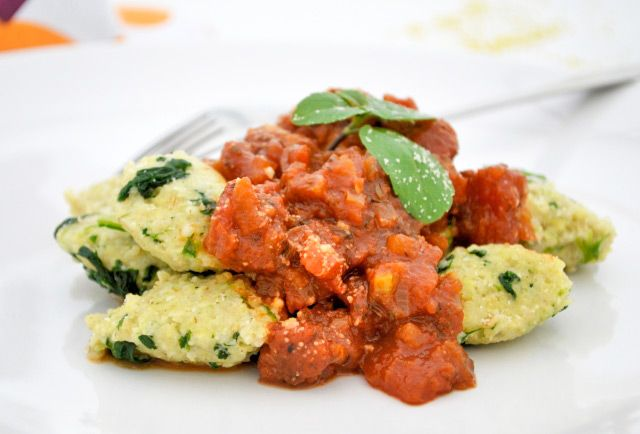 Die unwiderstehlichen Hirsegnocchi mit Tomatenragout gelingen Ihnen im Dampfgarer im Nu. Dieses #Rezept ist rasch zubereitet und begeistert garantiert.