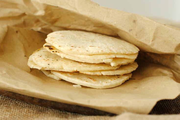 La tortilla argentina è un pane piatto, che viene cotto alla griglia. Questa è la versione senza glutine
