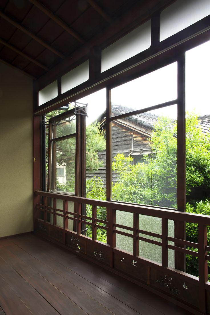 窓全面を覆うガラス戸は、1枚づつ引き込む事で全開にする事が出来ます。