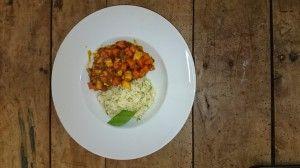Seelachsgulasch mit Möhren und Reis als Beilage