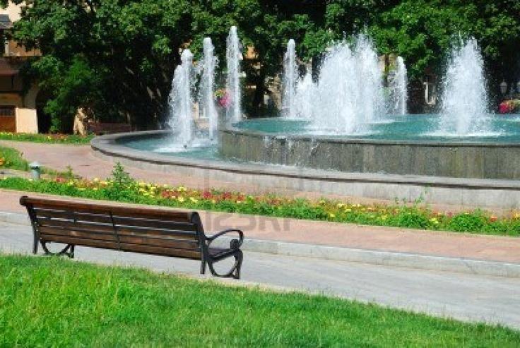 Dimitri: Een mooie waterpartij op het plein zorgt voor een landelijke en rustige uitstraling. Ook worden mensen hier rustig van, wat weer voor een goede sfeer zorgt. Dit staat helaas niet in de plannen beschreven.