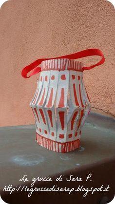 Lanterna con un rotolo di carta igienica