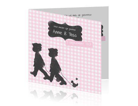 LOVZ 4 War Child - vierkant - geboortekaartjes - tweeling - meisjes - lief- vintage tekst kader - klassiek ruitje - twee zusjes met speelgoed eend