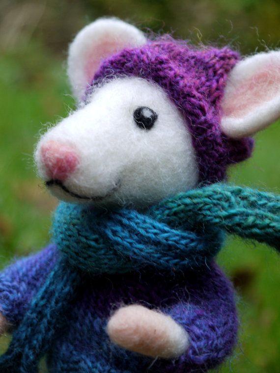 naaldvilten muis. Vilten muis met trui,muts en sjaal. Naaldvilten dier. Winters geklede gevilte muis. Handgemaakte aangeklede muis.