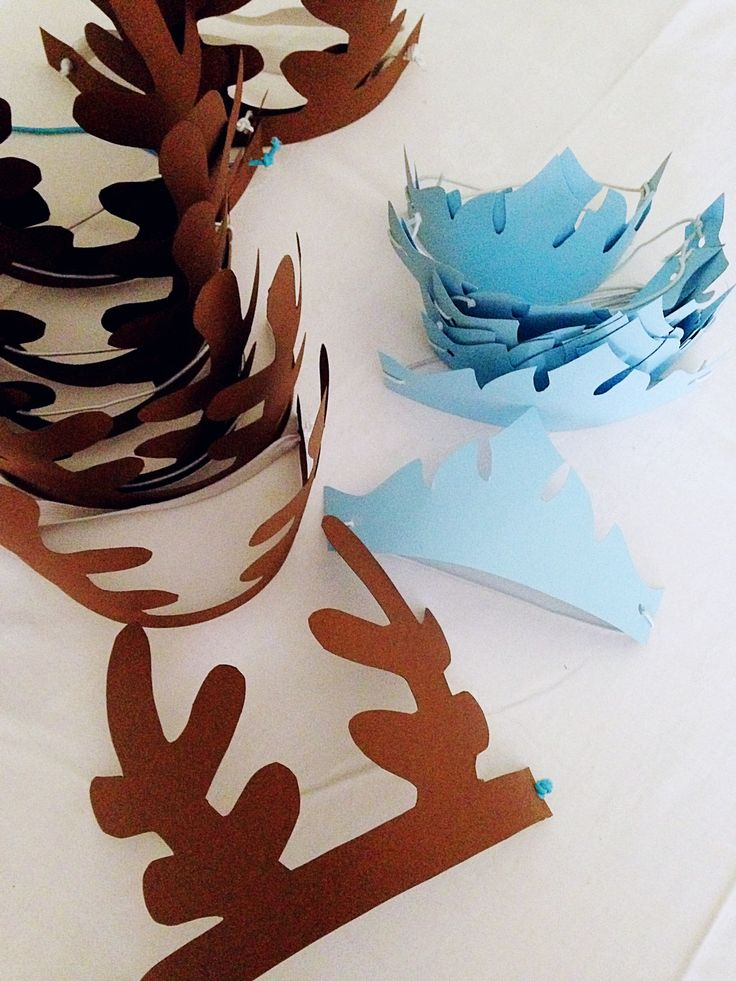 Party tema frozen (corona di elsa e corna di sven in cartoncino colorato con elastico per i piccoli invitati)