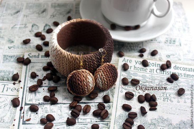 Вы любите кофе? Какао? Шоколад? Значит, вам должна понравиться цветовая гамма этого браслета. Он выполнен из полимерной глины, а смотрится как вязаный, поэтому отлично сочетается с трикотажем. Для изготовления браслета вам понадобится полимерная глина от коричневого до белого цвета, то есть вы можете купить коричневую и белую пластику и, смешивая их в разных пропорциях, получить несколько нужных оттенков.