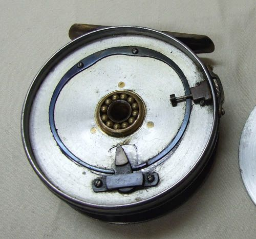1896年チェック PERFECTの初期モデルに搭載されたキャリパー型チェック。 板バネでクリックの両サイドにテンションをかけ、更にレギュレータは引き出し方向に圧力をかけてドラッグの調整を行っています。 またレギュレータのスクリューにはカバーが付いていて、この時代のもの(1912まで)を俗にストラップト・テンションスクリューと呼ばれています。